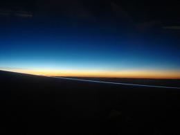 飛行機の窓からの朝日