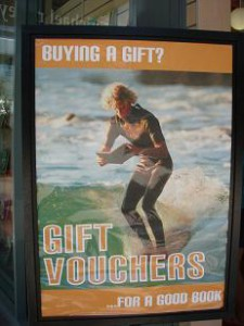 書店の看板。読書好きのサーファーですね。波に乗りながらも読書とは。そして、ウエットスーツをよく見ると。。。