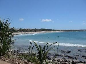 ヌーサのビーチを一望。 ビーチには遊歩道があり、浜のはじからはじまで楽々歩けます。