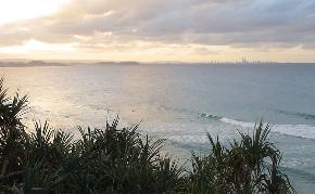海の遠くに見えるのがサーファーズパラダイス