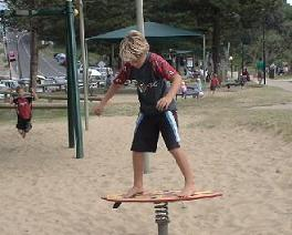 ビーチの公園にて、自動サーファー養成遊具発見。