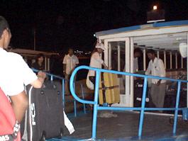 空港にはドーニーと言う、水上バスが迎えに来ます。