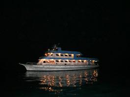 暗闇の中ちょっと幽霊船みたいですが、1週間お世話になる船が見えてきました。