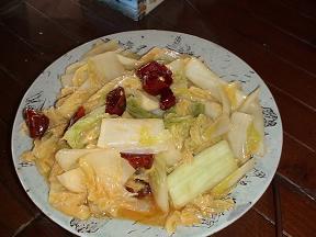 白菜の炒め物上にのっている赤いのを食べると大変なことになります