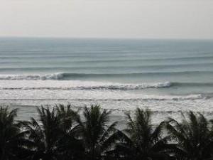 この2枚の画像は私たちがいた時ではないのですが、こんな良い波の時があるそうで、いいな・・・