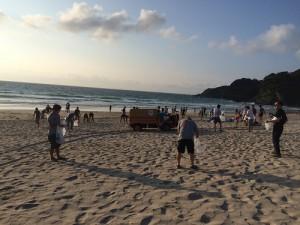 サーフィンの夢をかなえる1万人のビーチクリーン
